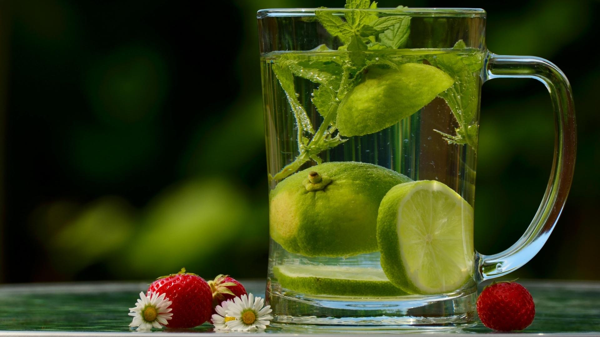 Диетические коктейли вода и фрукты