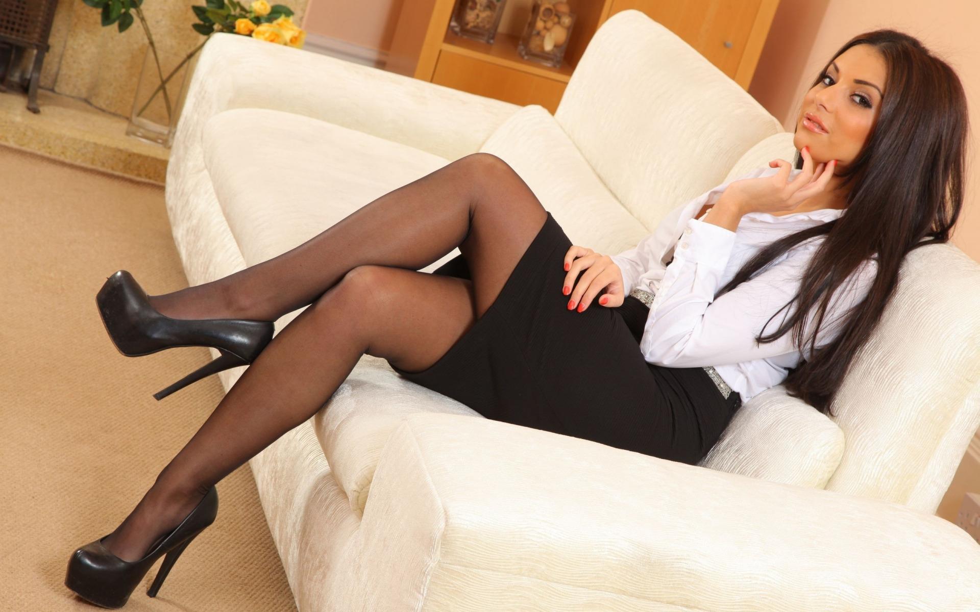 девушка одевает чулки видео - Красивые девушки в чулках
