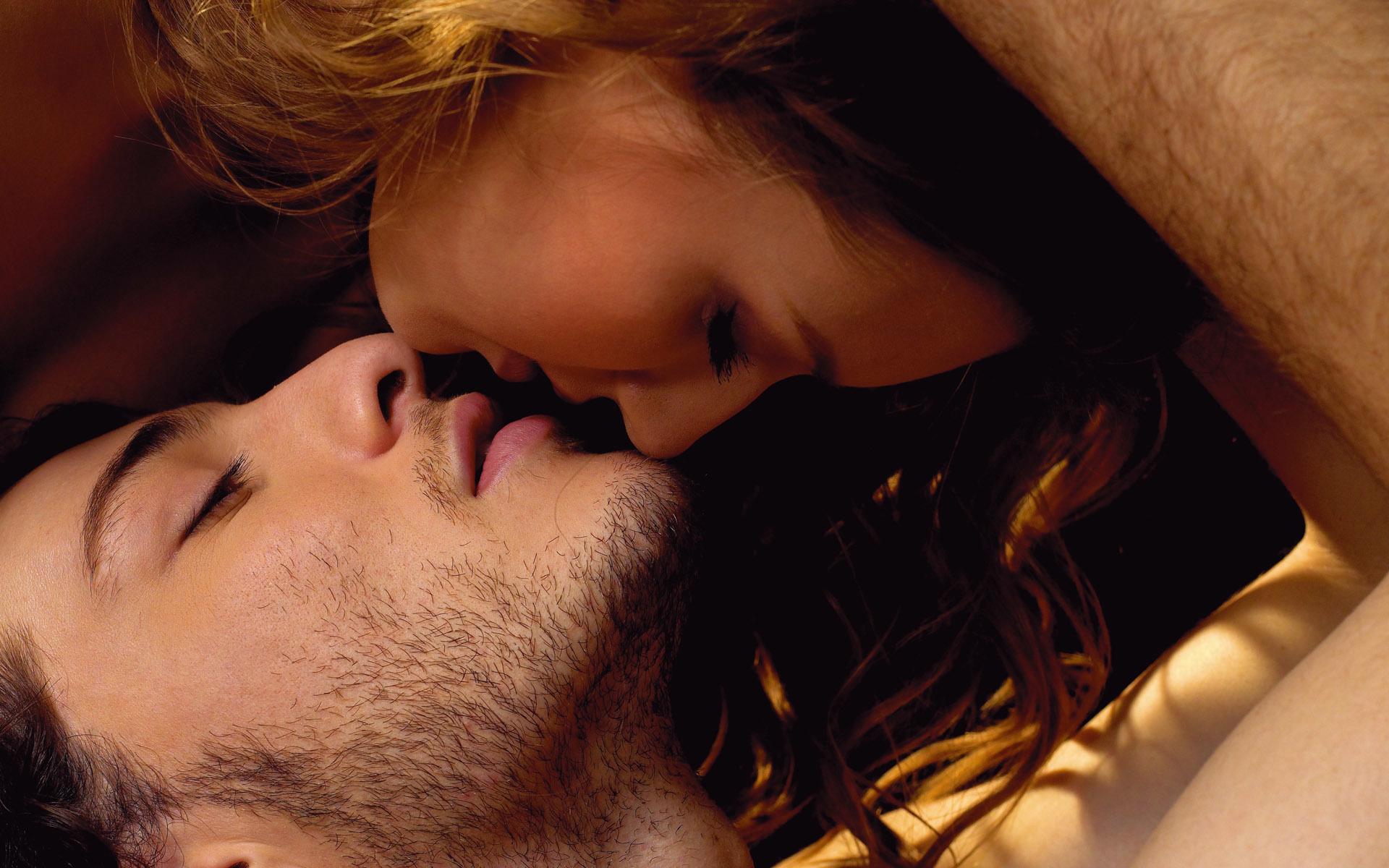 Страстный глубокий поцелуй видео