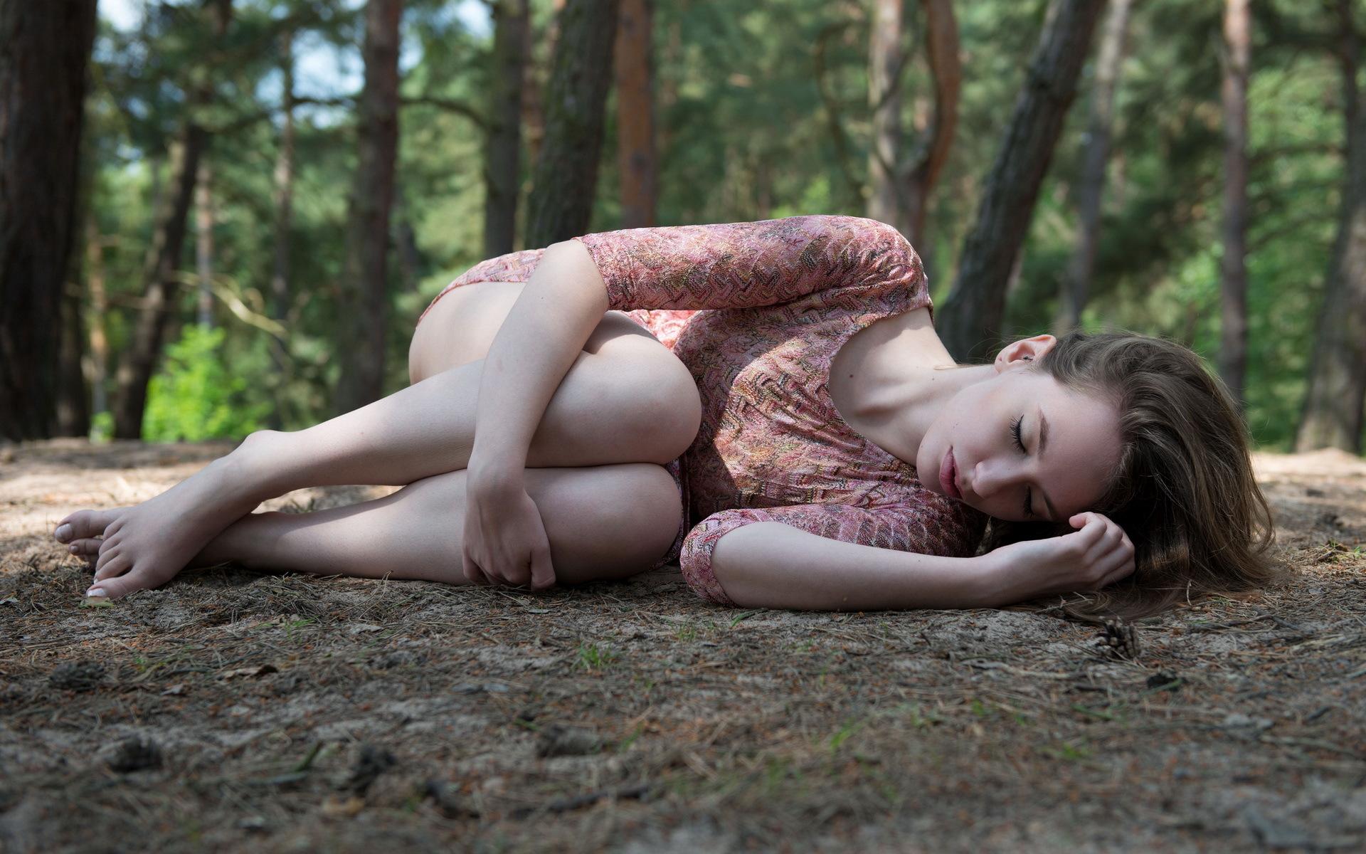 Ласковая девушка позирует в чулках на природе при тумане  700024