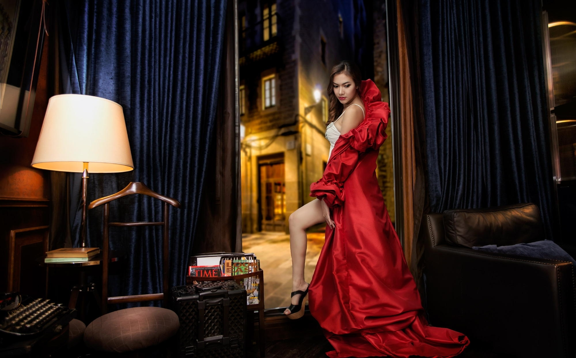 Утренний секс брюнетка в красном платье гладит вещи порно