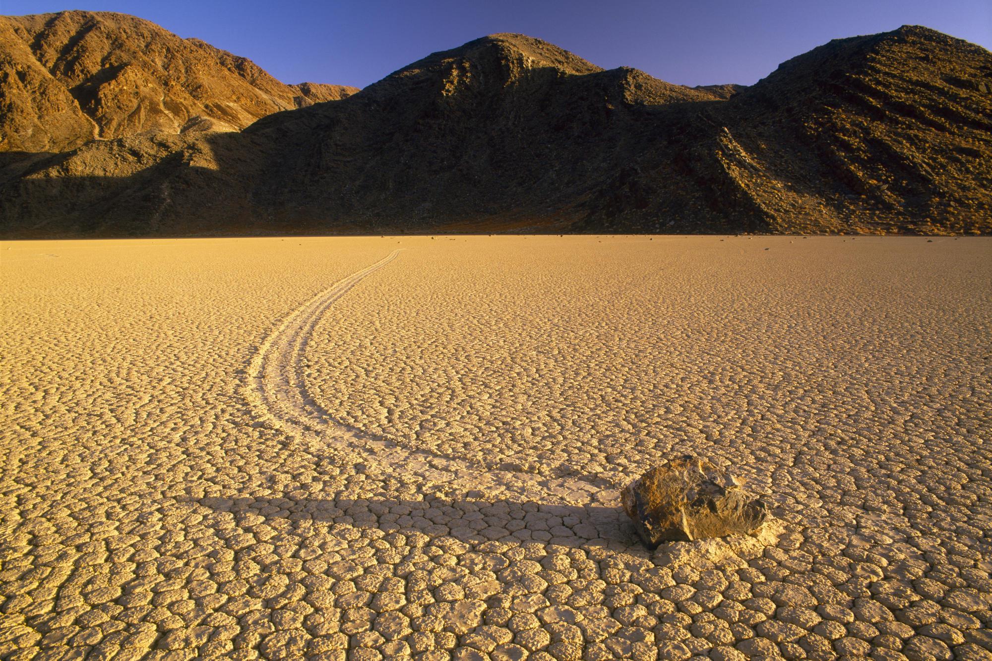 камни гора лужа  № 2602513 без смс