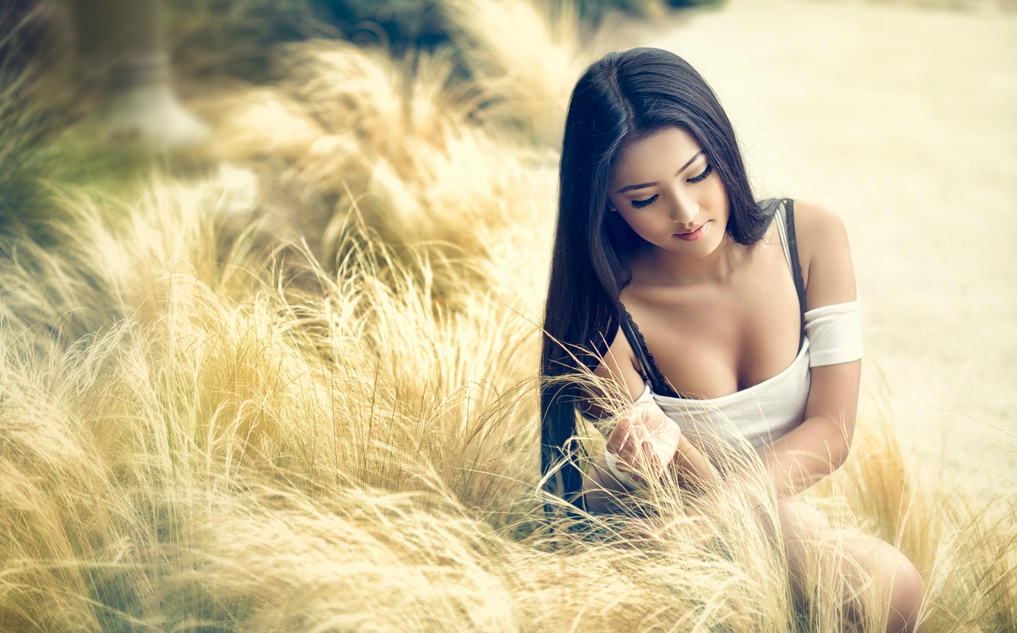 природа трава девушка черное платье  № 636808 загрузить