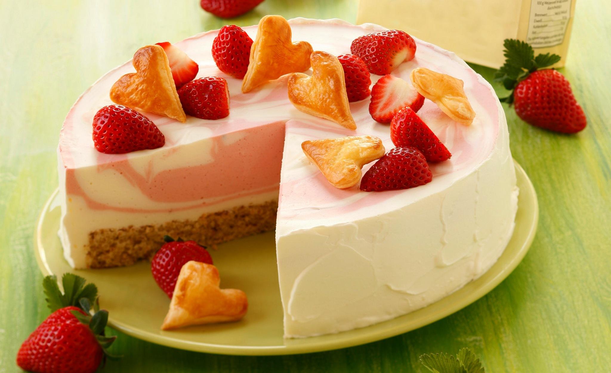 Белый торт с кусочками фруктов  № 2171474 загрузить