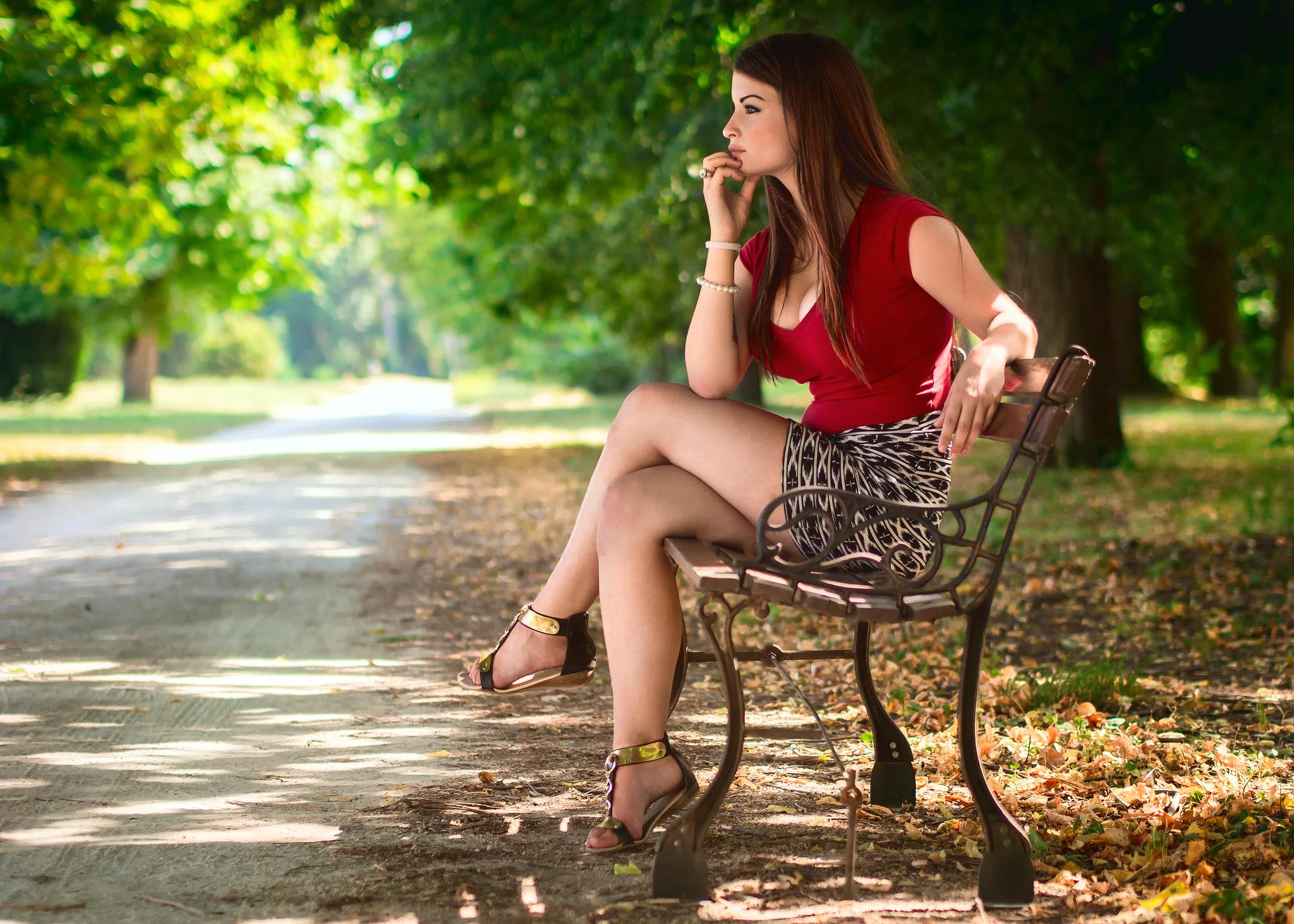 девушка на скамейке с сумкой и фотоаппаратом  № 2676830  скачать