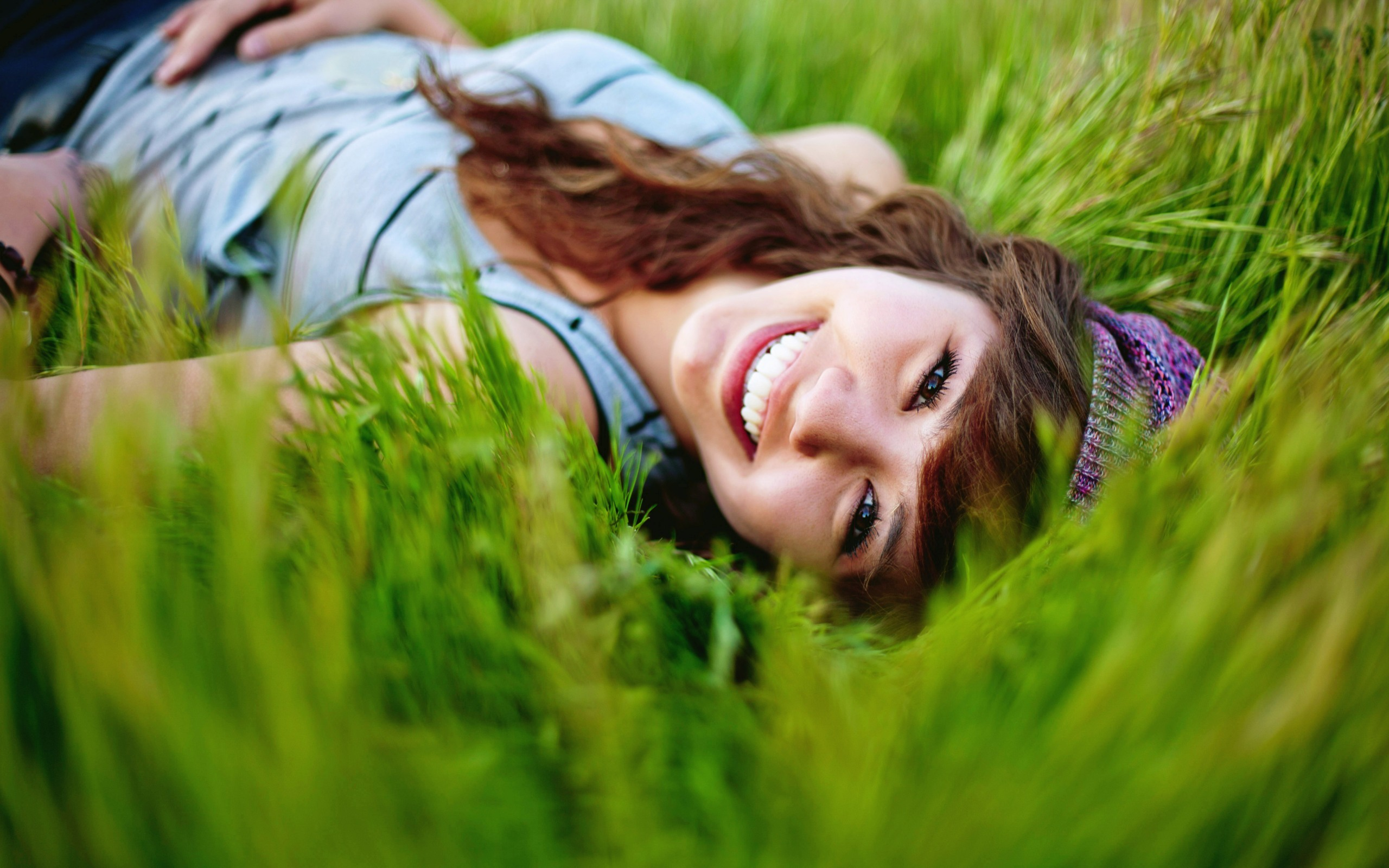 Девушка в траве  № 559808 бесплатно