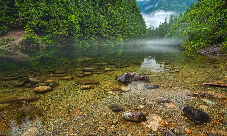 Облака над озером, галька, горы, лес  № 2950507 загрузить