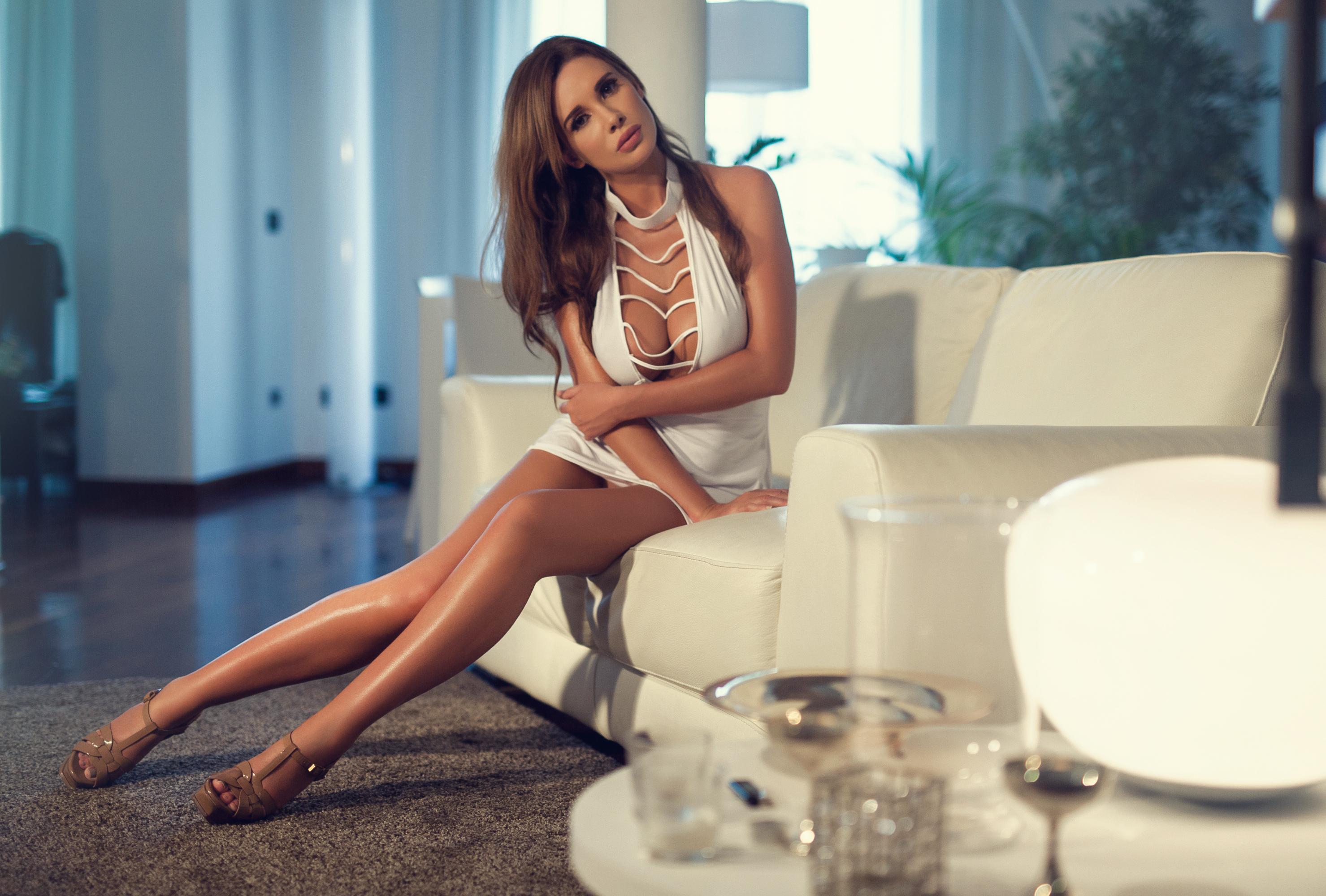 Девушка брюнетка на диване  № 651854  скачать