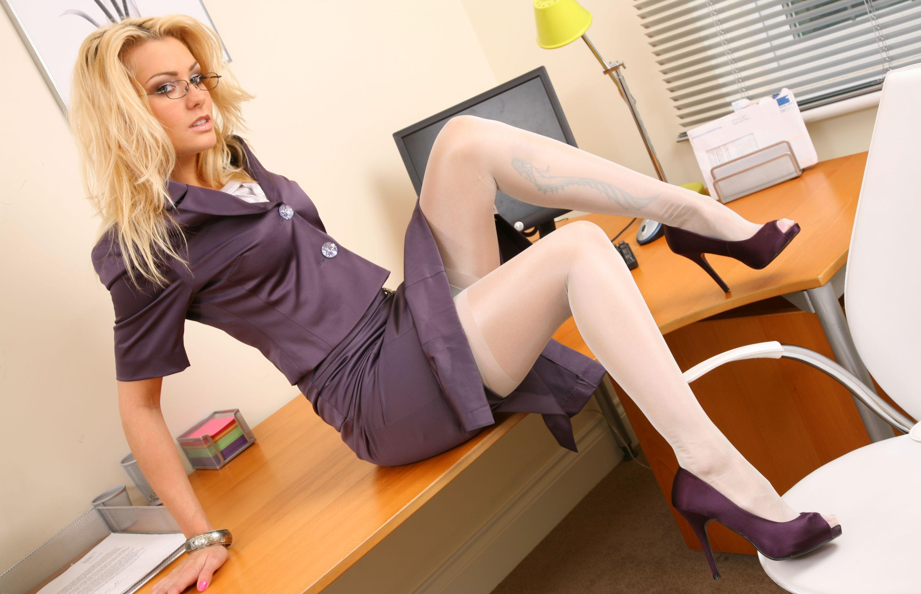 Blonde secretary Keira Nicole spreads fishnet stocking clad legs for oral  2050052