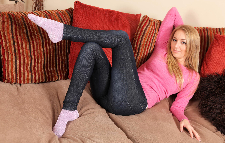 Фото минет блондинка в джинсах и в белых носках