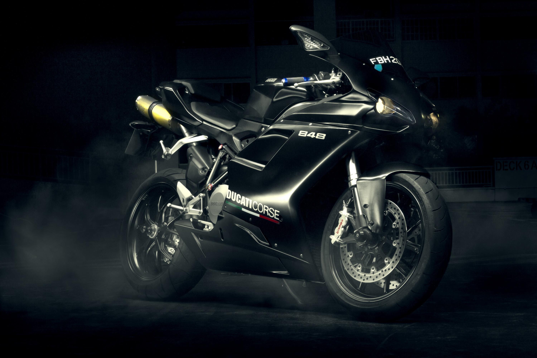 Черный мотоцикл в поле  № 3425393  скачать