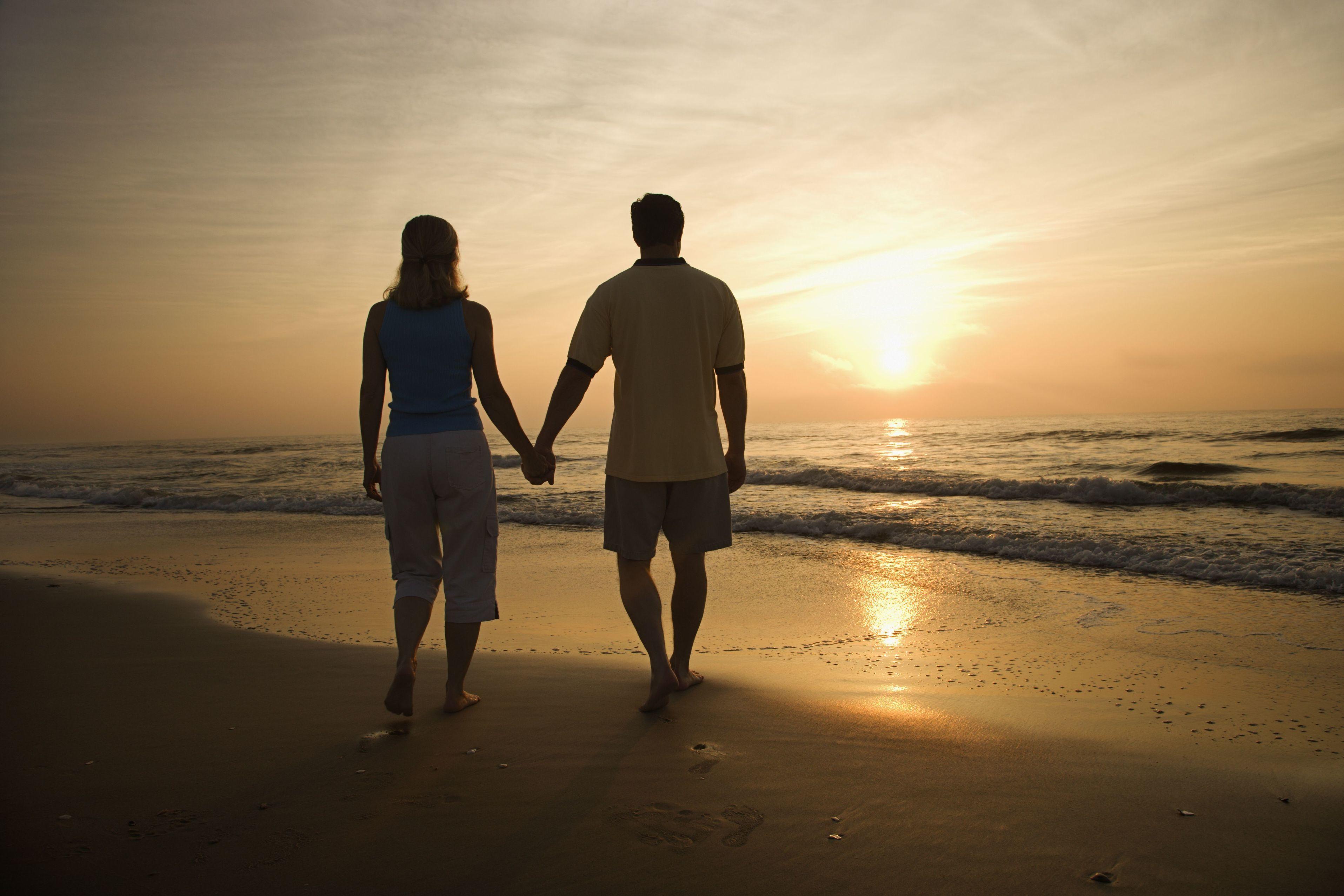 Жена гуляет по берегу, смотреть фото женских извращений