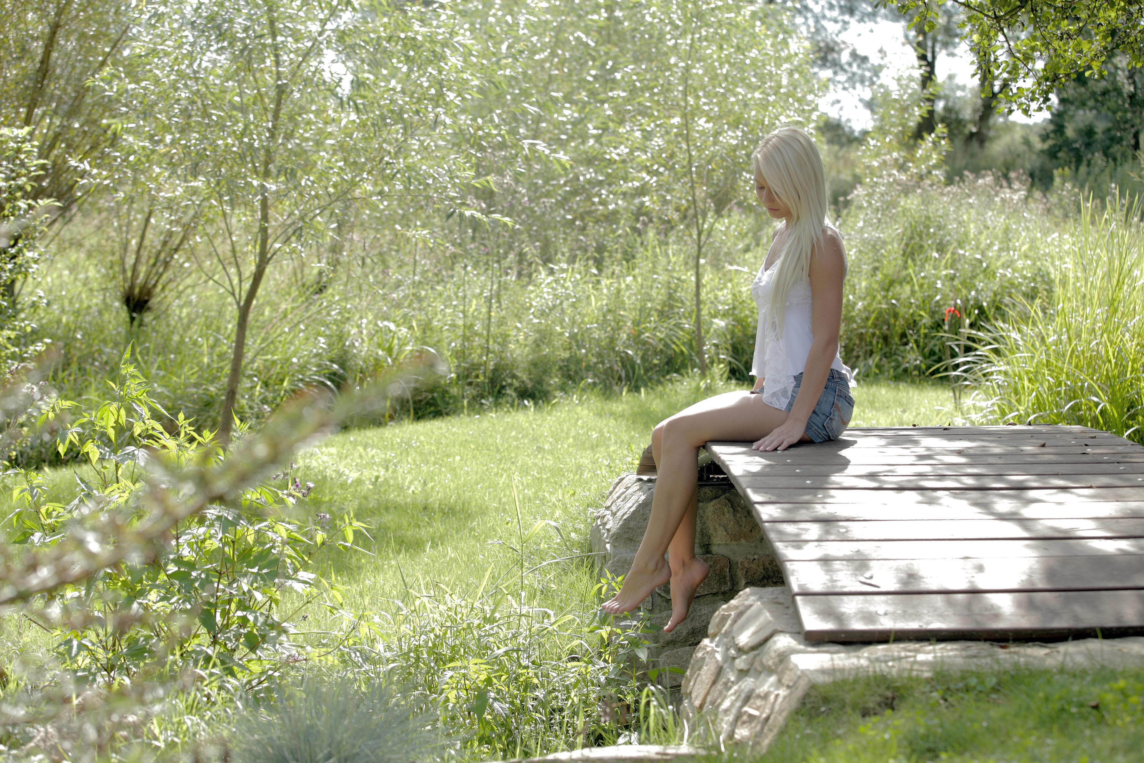 Эротика на речке от расшалившейся сексуальной блондинки летом  439642