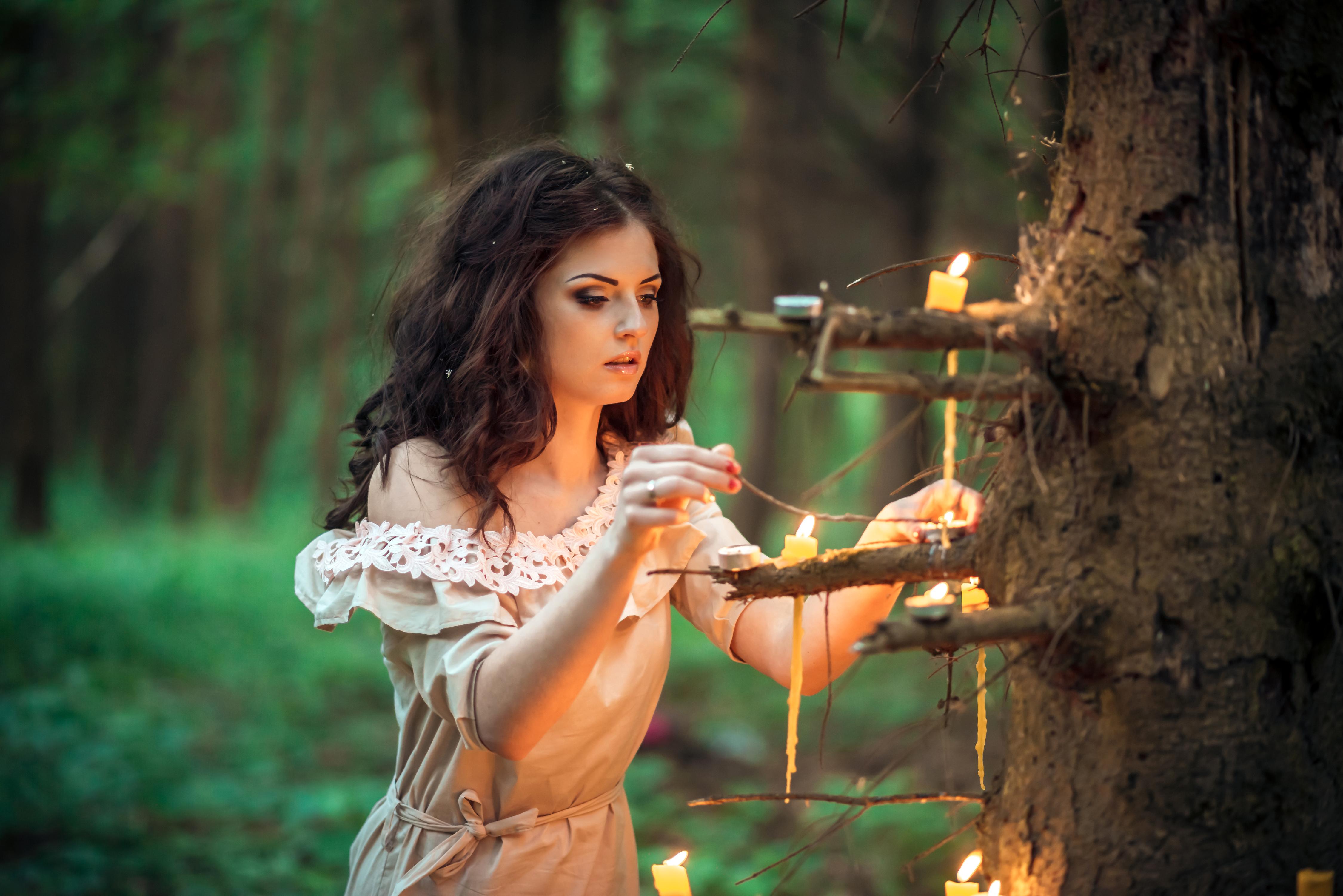девушка свечи дерево  № 1505227 без смс