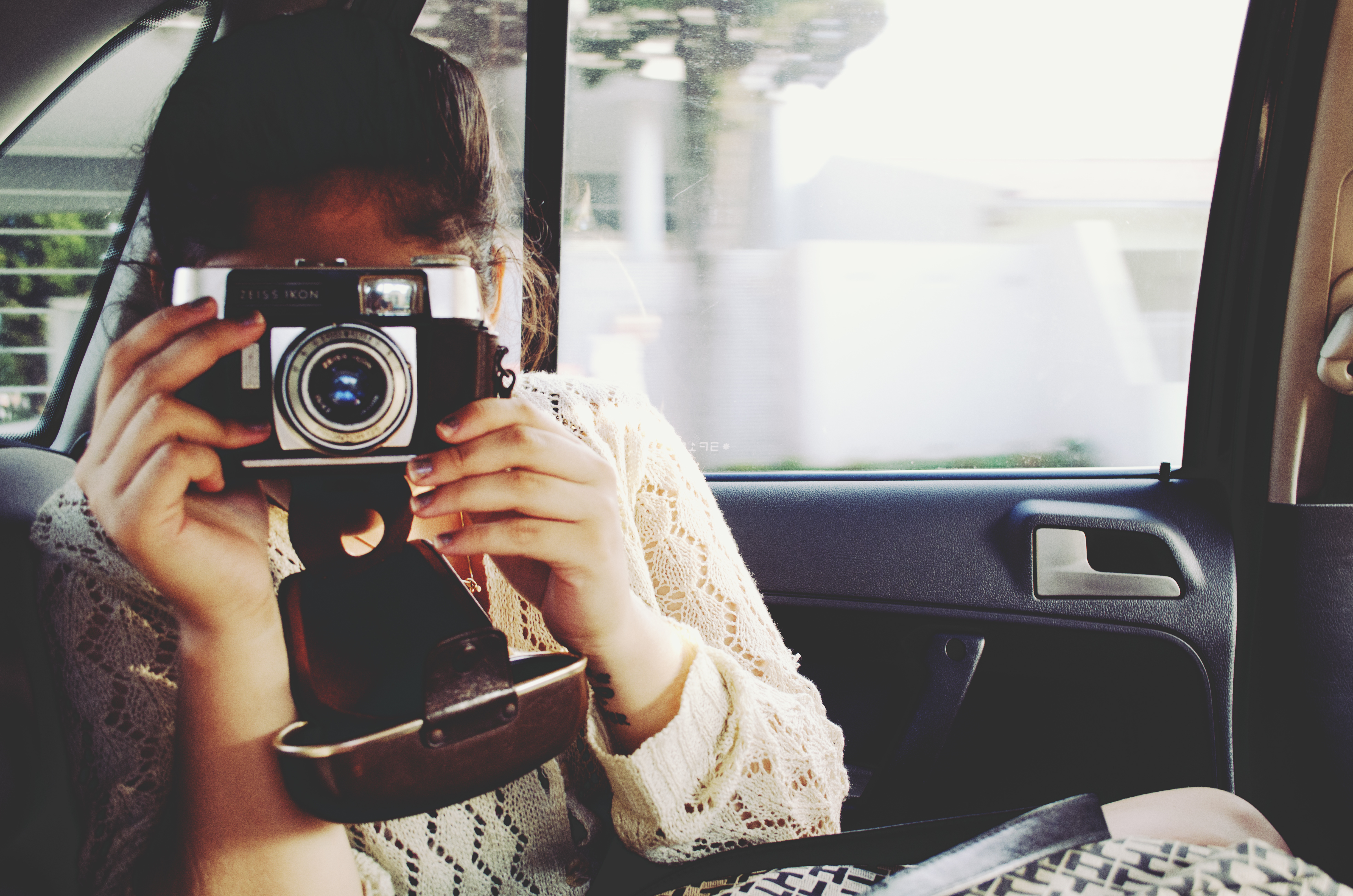 девушка с фотиком перед зеркалом что самом