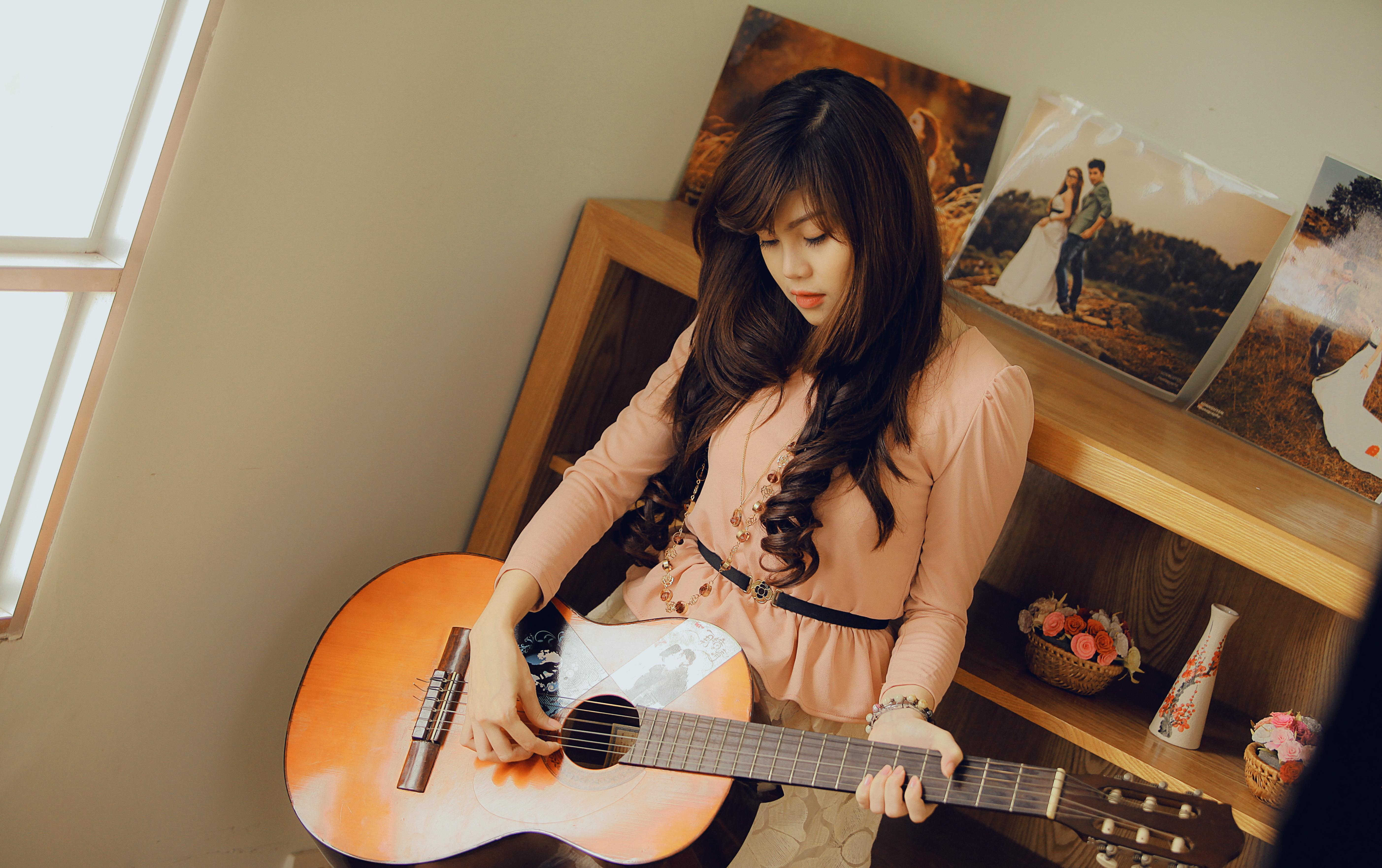 Азиатка с гитарой  № 466060  скачать