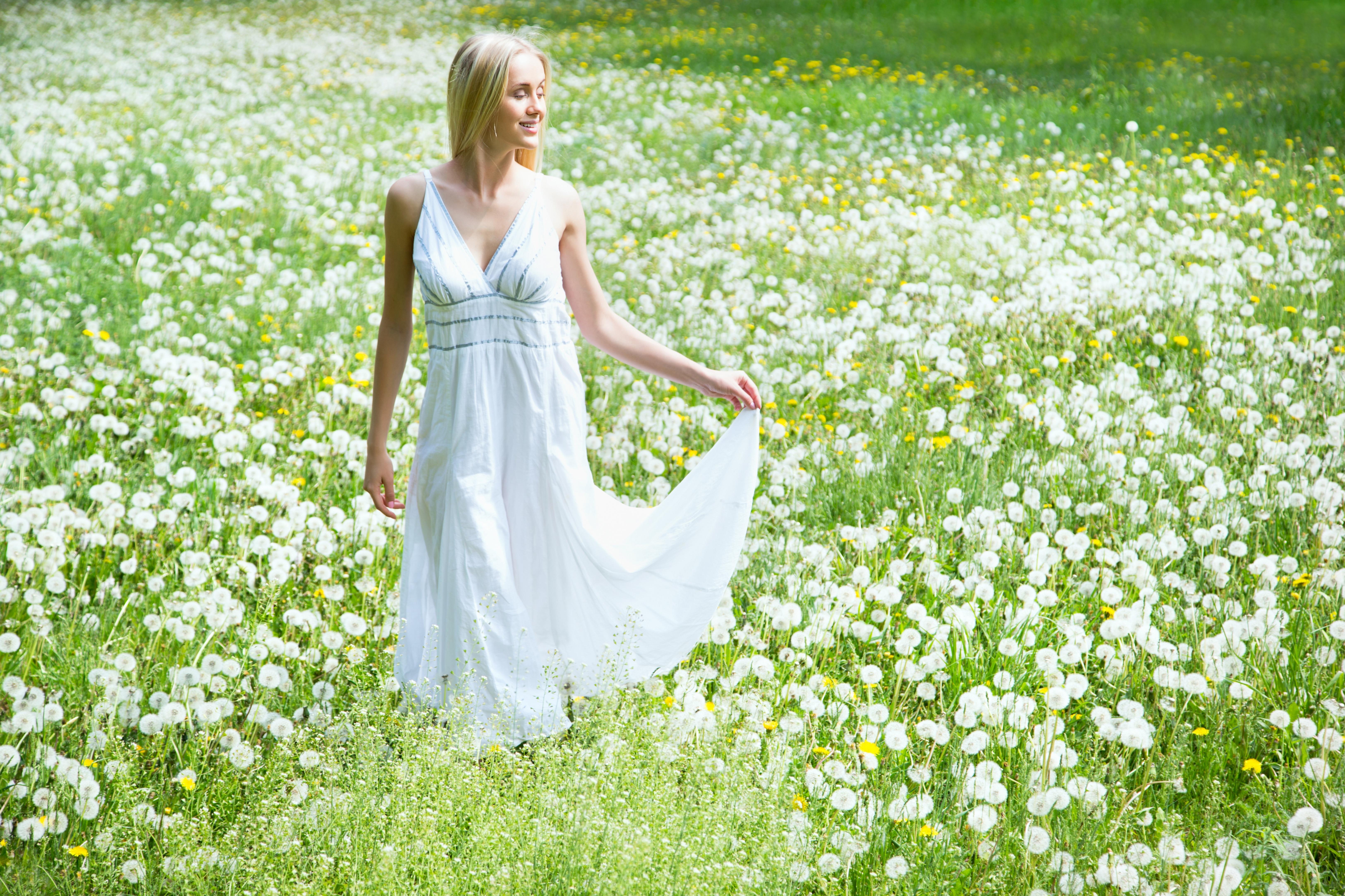 девушка природа белое платье цветы желтые  № 3832597 загрузить