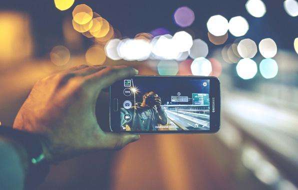 Picture lights, camera, bokeh, hand, Samsung, reversed, cell phone, selfie, globes, urban scene