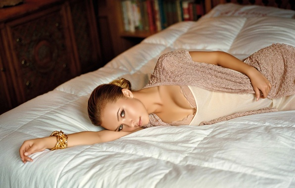 Picture look, girl, bed, actress, Hayden Panettiere, blonde, bracelet, 1920x1200, wallpapers, Hayden Panettiere