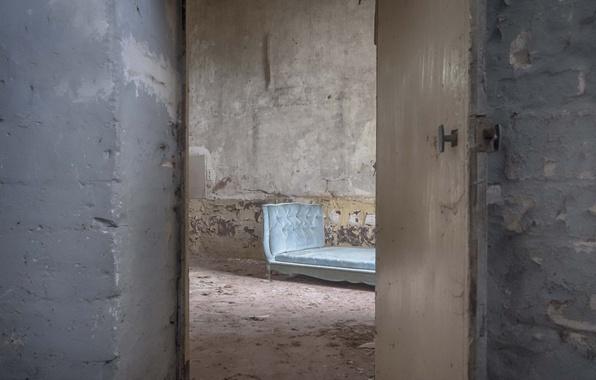 Picture room, bed, the door