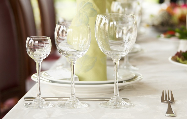 Picture table, glasses, knife, plates, plug, napkin, serving