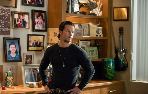 Picture room, New year, photos, dad, Mark Wahlberg, Comedy, Mark Wahlberg, Daddy's Home, Hello