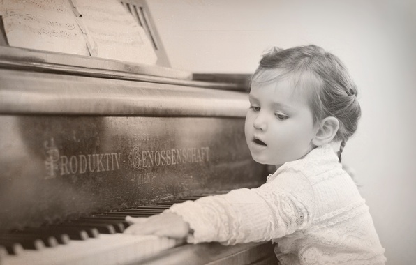 Picture keys, girl, piano
