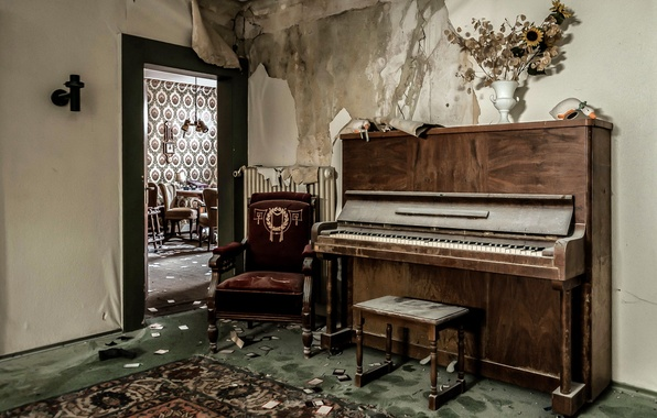 Picture room, the door, piano