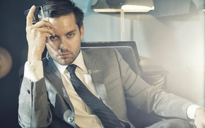 Picture light, glass, lamp, chair, photographer, costume, tie, actor, jacket, photoshoot, The Great Gatsby, Tobey Maguire, ...