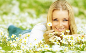 Picture eyes, look, girl, the sun, joy, happiness, flowers, face, smile, background, Wallpaper, positive, Daisy, blonde