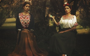 Picture trees, Park, long skirts, direct look, Frida Kahlo
