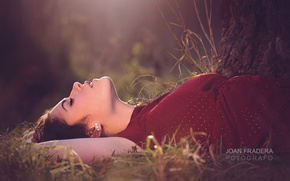 Picture grass, girl, the sun, tree, brunette, lies, nature, bokeh, closing his eyes