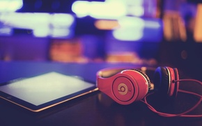 Picture macro, headphones, tablet, beats by dre