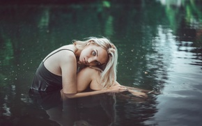 Picture girl, goosebumps, in the water, cold