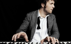 """Picture Italy, male, fingers, piano, singer, Eurovision 2011, Eurovision 2011, Eurovision, Eurovision, Raffaele Gualazzi, sideburns"""", tie"""