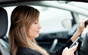 Picture auto, phone, vehicle, distracted driver, increasing the likelihood of an accident