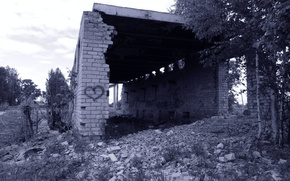 Picture heart, black and white, ruins