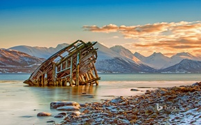 Picture sea, mountains, Norway, Tromso, the wreckage of the ship