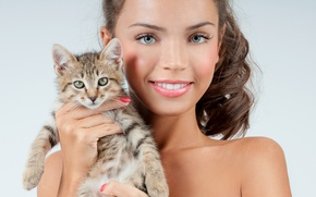 Picture girl, smile, background, makeup, brunette, hairstyle, kitty, cute, keeps, in the hands