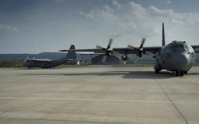 Picture the plane, the airfield, hangars, C-130H Hercules, Canadian air force