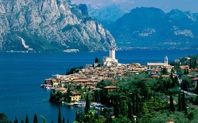 Picture mountains, the city, lake, Italy