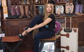 Picture frame, boots, suitcase, Hot Pursuit, shelves, Sofia Vergara, Sofia Vergara, Beauty on the run