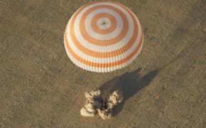 Picture The Soyuz TMA-04M, parachute, landing