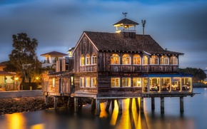 Picture the evening, San Diego, the restaurant is on stilts