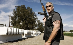 Picture the series, sons of anarchy, Kalashnikov, biker, motorcycle, Ron Perlman, ron perlman