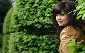 Wallpaper brown, smile, looks, hair, leaves, brunette, greens, lips, girl, eyes