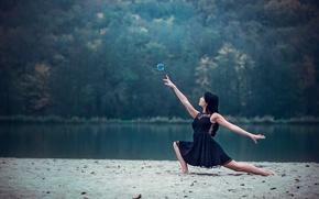 Picture girl, shore, dance, bubble, Leslie Boulnois