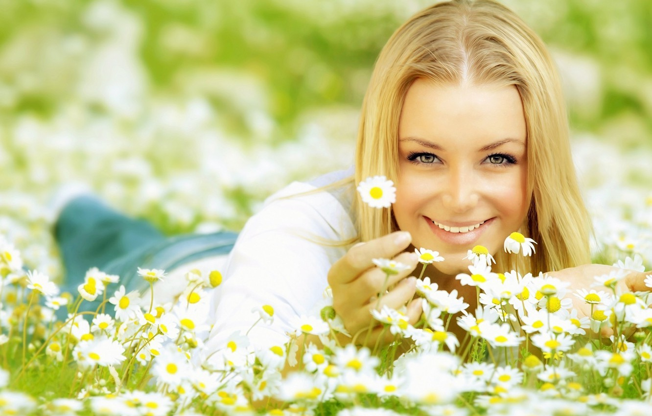 Photo wallpaper eyes, look, girl, the sun, joy, happiness, flowers, face, smile, background, Wallpaper, positive, Daisy, blonde