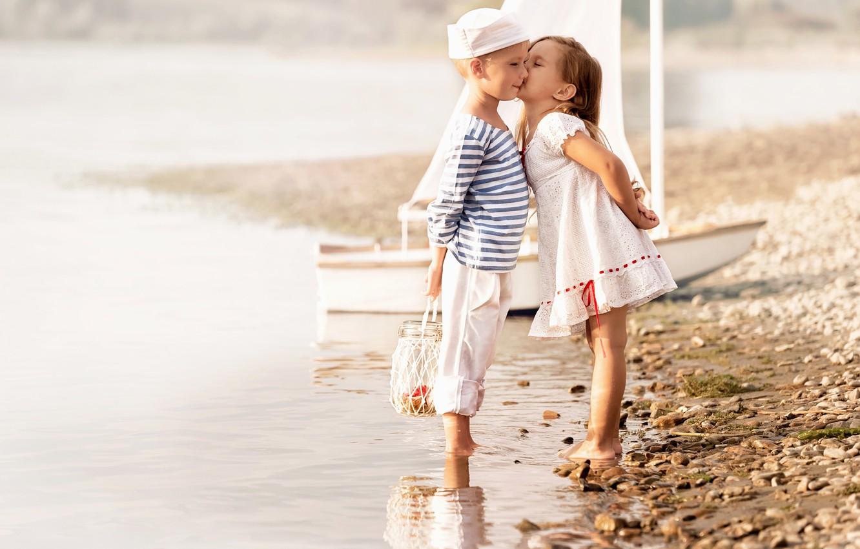 Photo wallpaper sea, beach, children, kiss, boy, dress, friendship, girl, girl, beach, dress, sea, kiss, boy, sailors, …