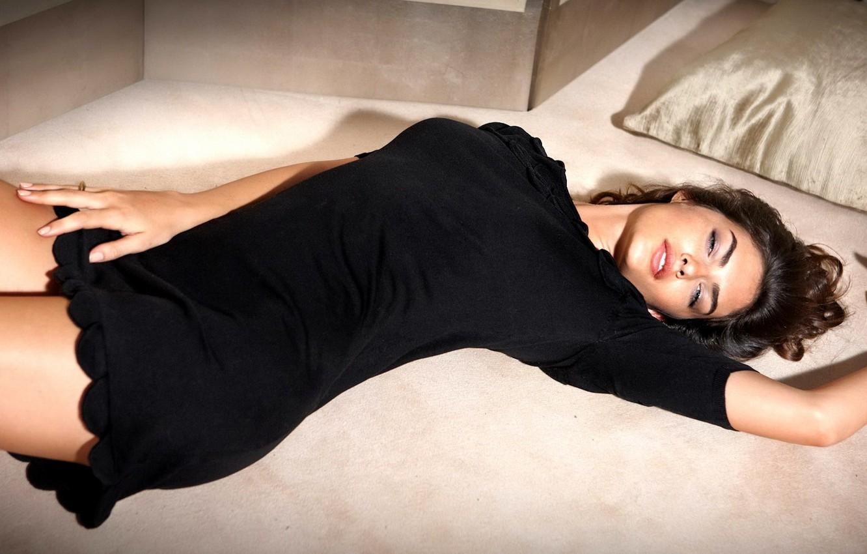 Photo wallpaper eyes, look, girl, hair, bed, hands, lies, pillow, black dress, Alyssa Miller